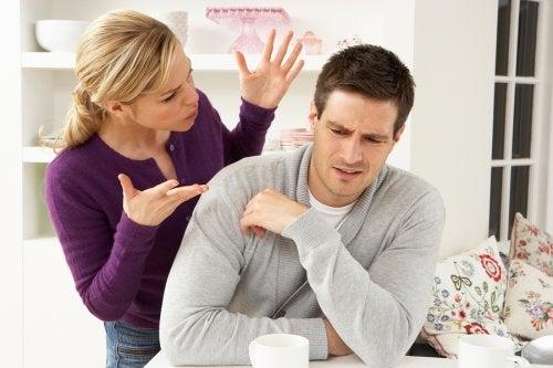 Contrôler les réseaux sociaux de son partenaire de manière excessive peut révéler une pathologie.