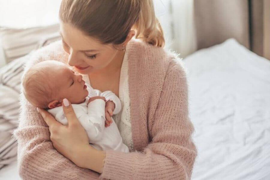 Pour savoir si le bébé a froid, on peut toucher son ventre, ses jambes et son cou.
