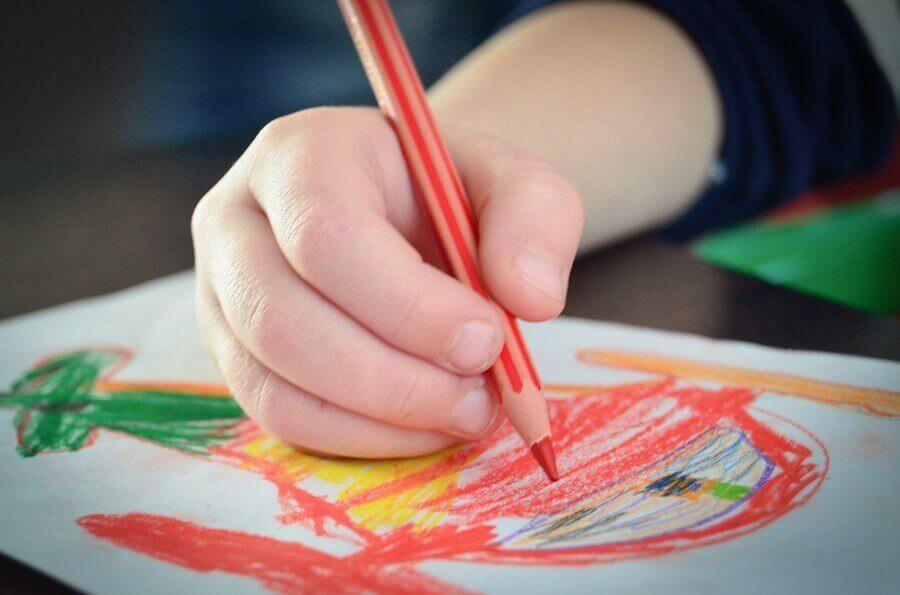 Interpréter les couleurs des dessins des enfants est un travail précis qui exige le soutien d'un professionnel.