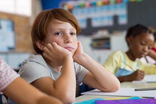 Un enfant s'ennuie à l'école