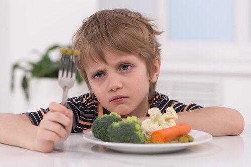 Les excuses des enfants pour ne pas manger ne doivent pas inquiéter les parents.
