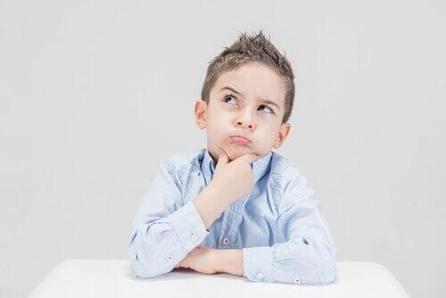 Un enfant en train de penser