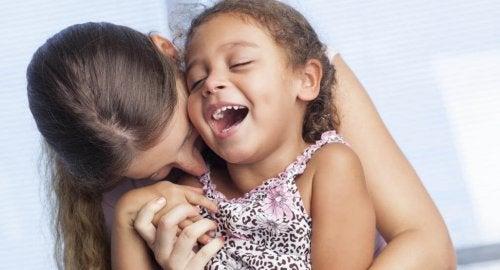 Une mère et sa fille partagent un bon moment