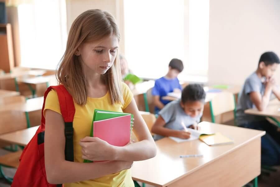 enfant frappe les autres à l'école