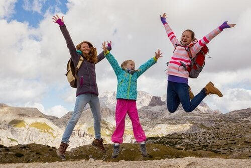 Des enfants contents de partir en randonnée