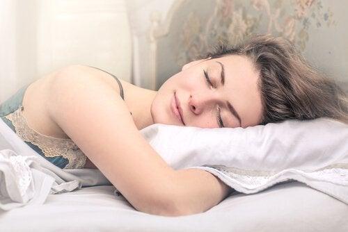 Dormir et se reposer suffisamment est très important pour maintenir la peau hydratée.