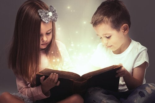 Deux enfants lisent un livre