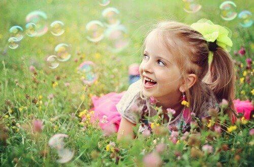 Une fille s'émerveille dans l'herbe