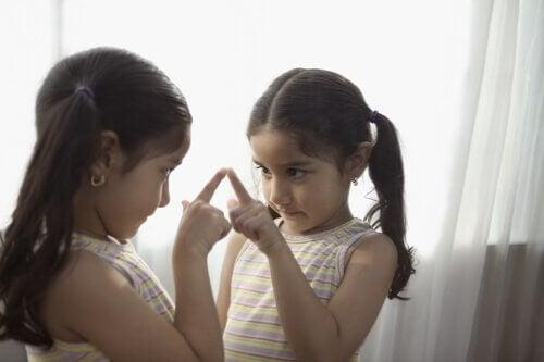 Une fille touche son reflet