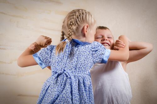 Un frère et une soeur en train de disputer