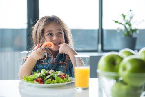 Apprenez-vous à votre enfant à manger sainement ?