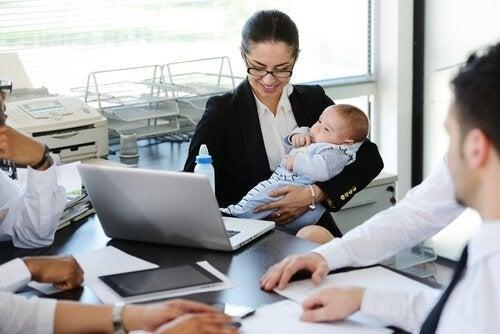 Retourner au travail après le congé maternité peut être une situation stressante pour de nombreuses femmes.