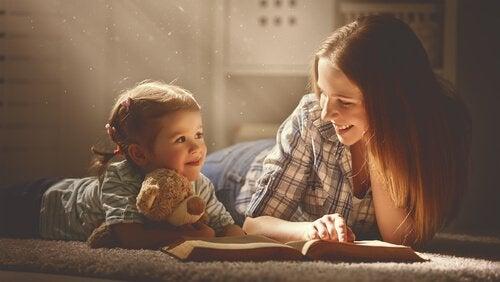 Un enfant et sa mère lisent un livre
