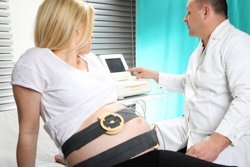 Le monitoring foetal est un examen très courant qui consiste à surveiller la santé du bébé.