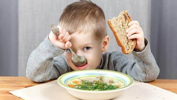 Manger sainement est l'un des apprentissages que l'on doit inculquer dès le plus jeune âge.