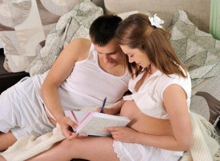 des parents en train de préparer l'accouchement
