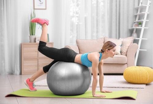 Le Pilates est l'un des exercices à pratiquer pendant la période post-partum qui contient beaucoup d'avantages.