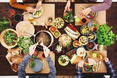 Une famille partage un repas vegan