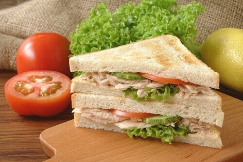 Le sandwich au thon fait partie des recettes froides que les enfants adorent.