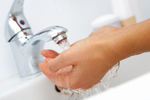 Se laver les mains régulièrement évite la contagion du rhume à l'arrivée de l'automne.