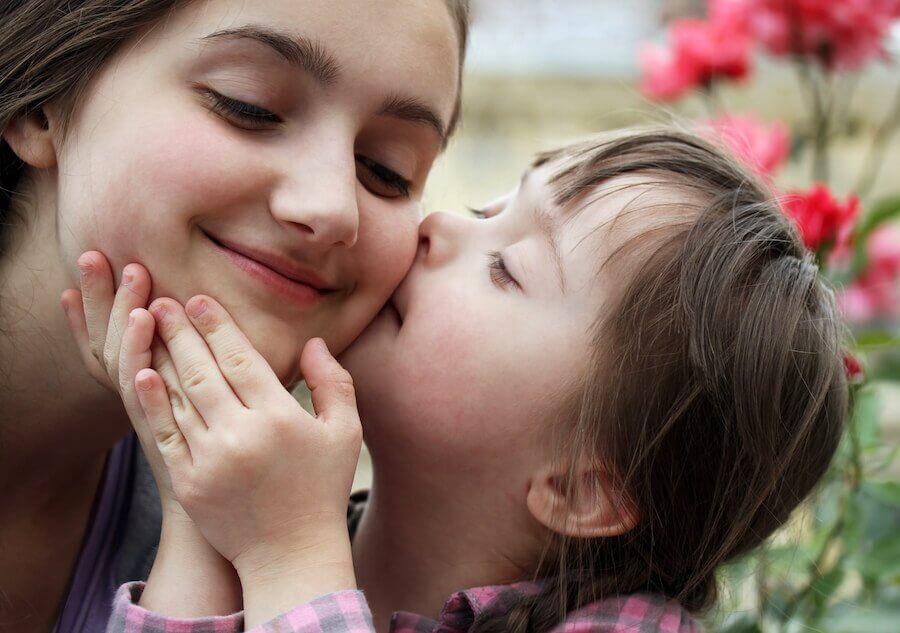 Une enfant trisomique et sa soeur
