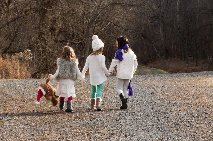 Trois fillettes qui marchent