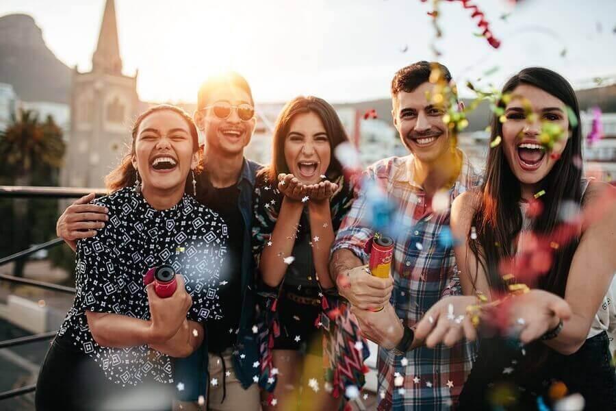 Sortir avec les amis et se distraire est primordial pour faire face à une rupture amoureuse.