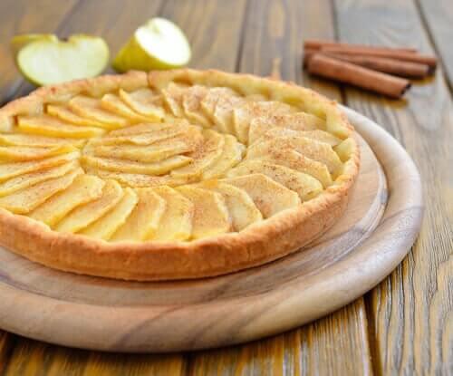 Le gâteau aux pommes fait partie des classiques de tartes aux fruits pour les enfants.