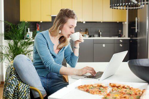 Les mères qui travaillent à domicile doivent faire preuve de discipline et de bonne gestion du temps.