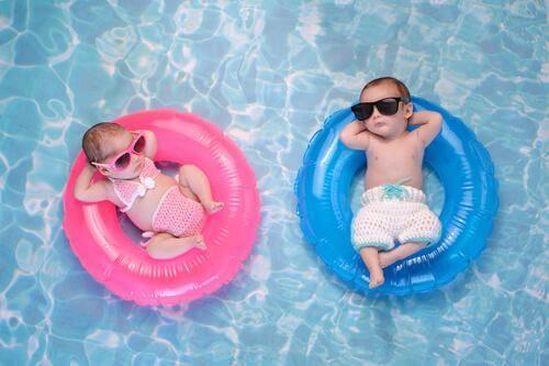 Deux bébés dans une bouée dans une piscine