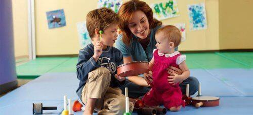 Une mère travaille le style auditif avec ses enfants