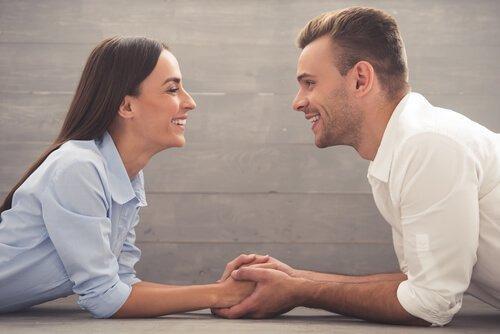 Un couple parle en toute confiance