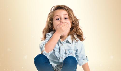 une fille se couvre la bouche