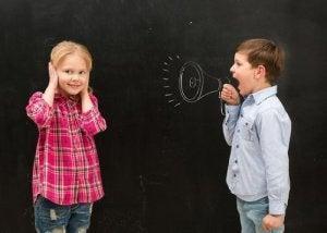 Mon enfant crie en parlant. Que dois-je faire ?