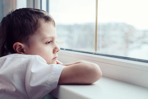 Un enfant regarde par la fenêtre
