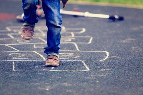 La marelle fait partie des exercices classiques pour améliorer l'équilibre des enfants.