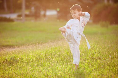 Un enfant pratique les gestes