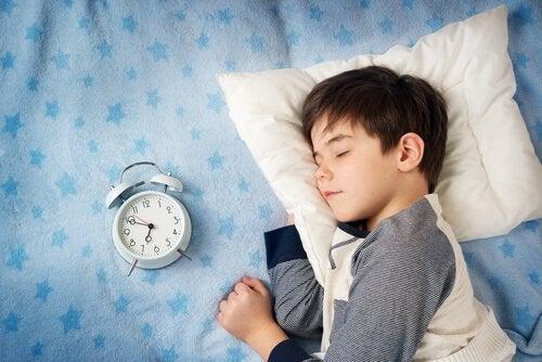Si l'hypersomnie est liée au Syndrome de Kleine-Levin, la personne atteinte peut dormir 18 heures ou plus.