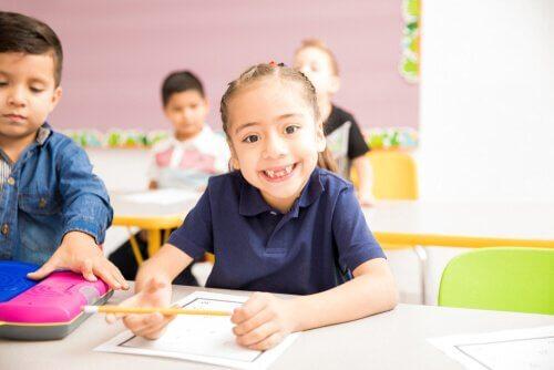 A l'école primaire, l'enfant rencontrera une structure plus organiséeet commencera l'apprentissage des règles sociales.