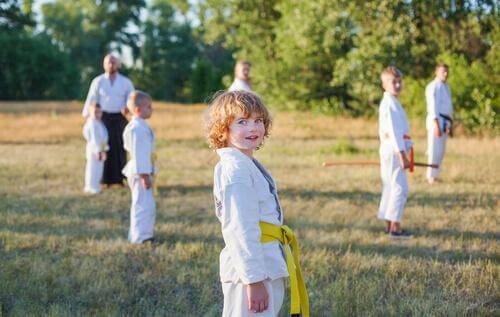 Des enfants pratiquent le karaté