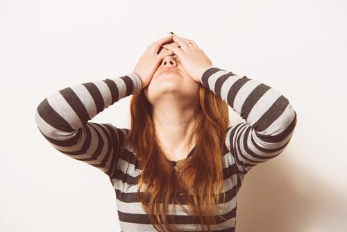 Une femme a mal à la tête