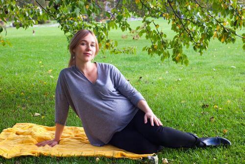 Une femme enceinte dans l'herbe