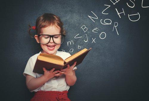 Une fille apprend à lire