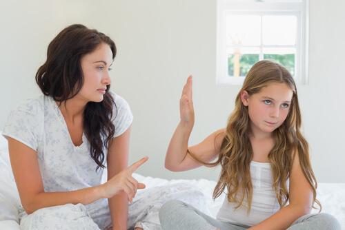 Une fille refuse le dialogue avec sa mère