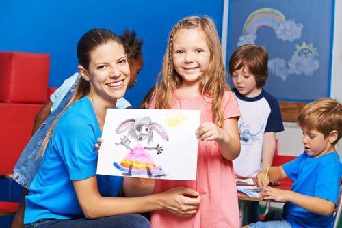 Une élève montre son dessin à la prof