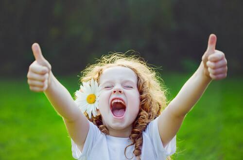 Une fille lève les pouces en signe de joie