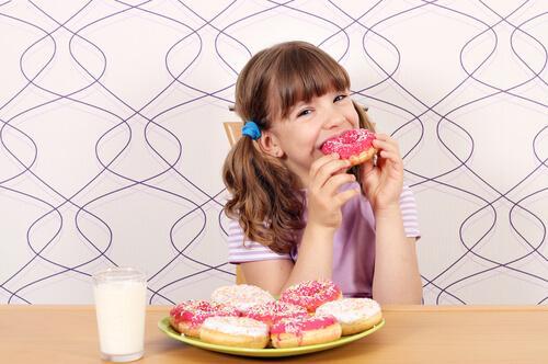 Une fille mange des donuts