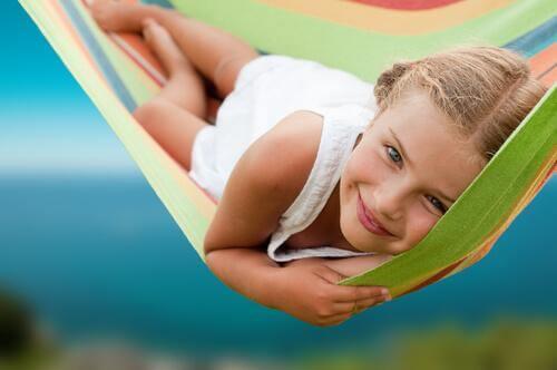 Une fille sourit dans un hamac