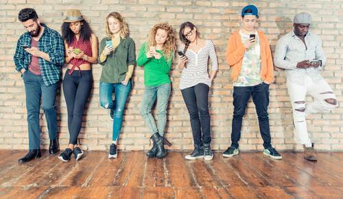 Une bande de jeunes en train de phubber