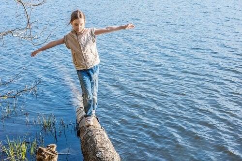 Améliorer l'équilibre des enfants est possible grâce à des activités toutes simples.